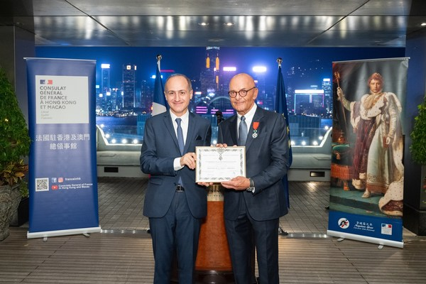 HSH Chief Operating Officer, Mr Peter Borer (right), receives the Chevalier dans l'Ordre National de la Légion d'Honneur from the Consul General of France to Hong Kong and Macau, Mr Alexandre Giorgini